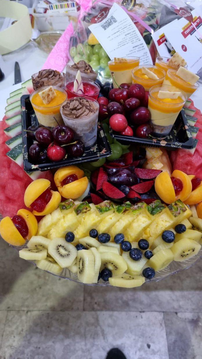 למרכז השולחן בישיבה חשובה – מגשי פירות צוננים וטעימים